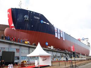 Dünyanın en büyük asfalt gemisi suya indi