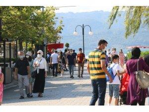 Sakarya'nın gözdesi Sapanca Gölü'ne bayramda yoğun ilgi