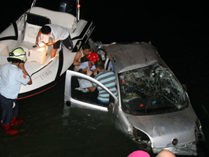 Kontrolden çıkan otomobil denize uçtu