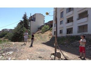 Bingöl'de 3 kardeş, basketbol oynamak için tahta ve hortumdan pota yaptı