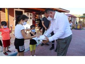 MHP'li vekil çocuklara özel yaptırdığı maskeleri oyun parklarında dağıttı