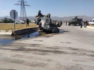 Yüksekova'da kaza yapan zırhlı polis aracı yan yattı