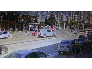 Tansiyonu düşen sürücü refüjdeki elektrik direğine çarptı