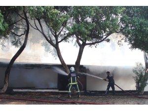 Antalya'da kullanılmayan iş yerindeki yangın korkuttu
