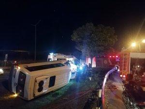 D-100'de güvenlik görevlilerini taşıyan minibüs servisi devrildi: 6 yaralı