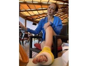 Manken Alexandra Ceylan, yavru köpeği kurtarırken ayağını kırdı