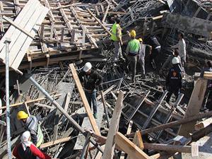 SGK binasında iskele çöktü: 1 ölü, 1 yaralı