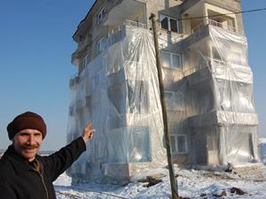 Soğuklara karşı apartmanı naylonla kapladı