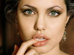 Angelina Jolie yeni haliyle  korkutuyor