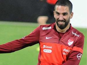 Arda Turan Bayrampaşa'da çocuklarla top oynadı