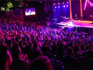 Vatandaşların ve ünlü isimlerin akın ettiği konserde sosyal mesafe kuralı da hiçe sayıldı.