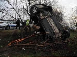 Kaza yapan otomobil ağaçta asılı kaldı