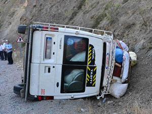 Öğretmenleri taşıyan minibüs şarampole devrildi: 12 yaralı
