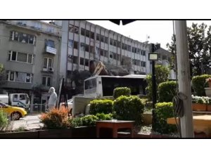 Bursa'da tarihi dönüşüm için 6 katlı bina böyle yıkıldı
