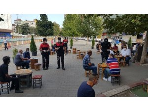 Polis sokak sokak gezerek korona virüs denetimi yaptı