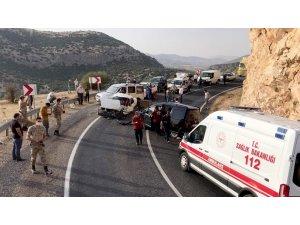 Adıyaman'da 2 araç kafa kafaya çarpıştı: 8 yaralı
