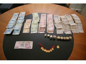 İzmir'de dilencinin üzerinden 8 altın ve 4 bin lira para çıktı