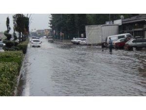 Bursa'da sağanak yağmur hayatı felç etti