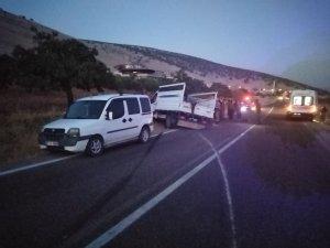 Lastiği patlayan kamyonet yoldan çıkarak duvara çarptı: 3 yaralı