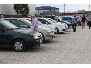 İkinci el araç almaya gelen vatandaşlar fiyatları görünce tepki gösterdi