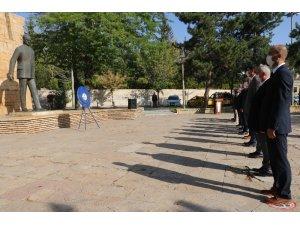 İlköğretim haftası dolayısıyla Atatürk anıtına çelenk sunuldu