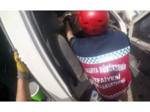 İtfaiye erlerinin kazada sıkışan kişileri kurtarma operasyonu adeta nefes kesti
