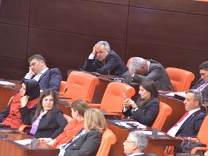 Ak Parti milletvekilleri uyuya kaldı