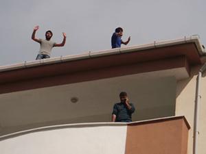 İnşaat işçilerinden çatı eylemi