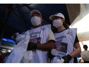 Baba ve kızı herkes virüse karşı sokak sokak maske dağıtıyor