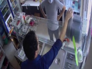Gündüz vakti maskeli telefon hırsızlığı kamerada