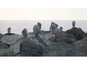 Kadın cinayetlerine sahildeki kayalıklara taş dizerek dikkat çekmeye çalıştı