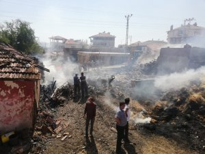 Bayat'ta çıkan yangında 1 ev, samanlık ve ahır yandı