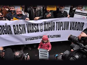 Gazeteciler, sansürü protesto için eylem yaptı