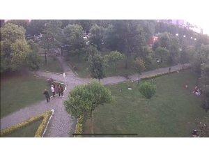 İstanbul'da parkta çocuğa hırsızlık yaptıran aile görünümlü çete kamerada