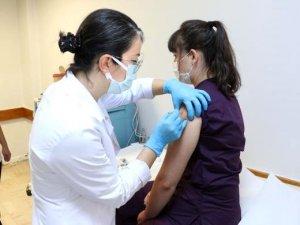 Faz 3 aşamasına Türkiye dahil oldu. Aşının ilk dozu, Hacettepe Ü. Tıp Fakültesi'nde bugün sağlık çalışanlarına yapıldı.