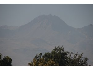 Erciyes'te karlar eriyince akıllara 'Karlar eriyince borcumu öderim' deyimi geldi