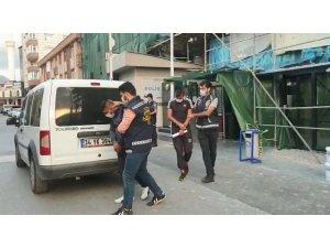 İş yerini soyarken suçüstü yakalanan hırsızlar tutuklandı