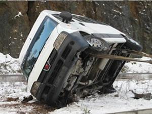 Öğrenci servis aracı devrildi: 14 yaralı