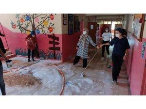 Fedakar öğretmenler okullarını sabunlu suyla yıkadılar