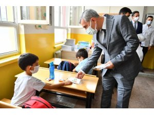 Malatya'da öğrencilere kayısı, dezenfektan ve maske hediyesi