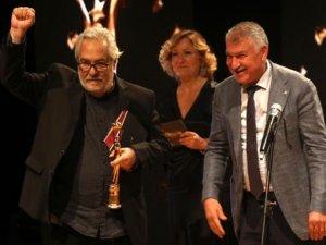 Rutkay Aziz ödülünü TTB'ye adadı: Onurlu tabipleri ve sağlıkçıları selamlıyorum