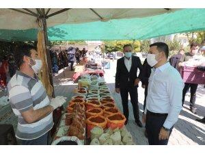 Başkan Arı, Güzelyurt Mahallesinde semt pazarını gezdi