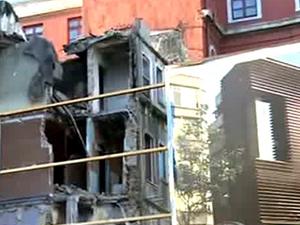 Beyoğlu'nda bina çöktü: Yaralılar var