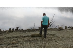 Göletin yanında eski mezarlık olduğunu duyan soluğu o köyde alda