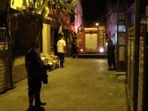 Adana'nın Yüreğir ilçesinde annesiyle tartıştıktan sonra evini ateşe veren kişi gözaltına alındı.