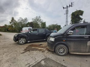 Hastaneye giderken kaza geçirdiler: 2 yaralı