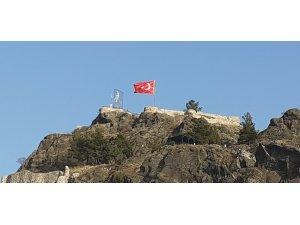 Kandiber Kalesi'nde yırtılan bayrak değişti