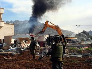 İsrail askerler Filistinlilerin evini yıktı