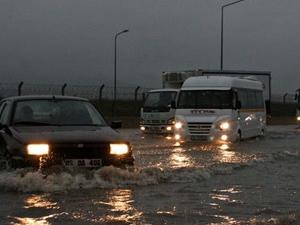 Kuvvetli yağış İzmir'de hayatı felç etti