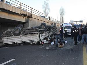 Ankara'da kamyonet köprüden düştü